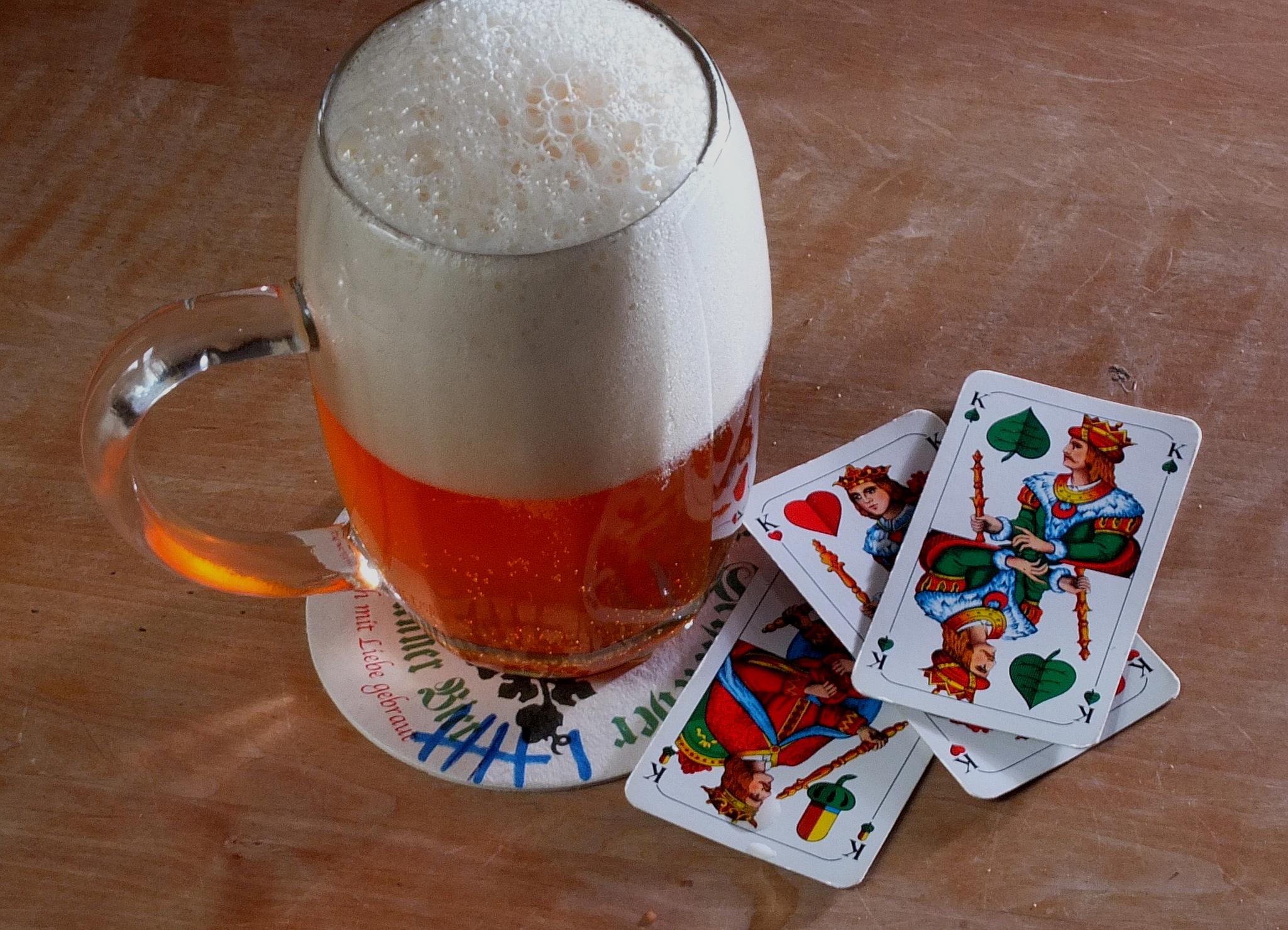 Bierkrug und Kartenspiel