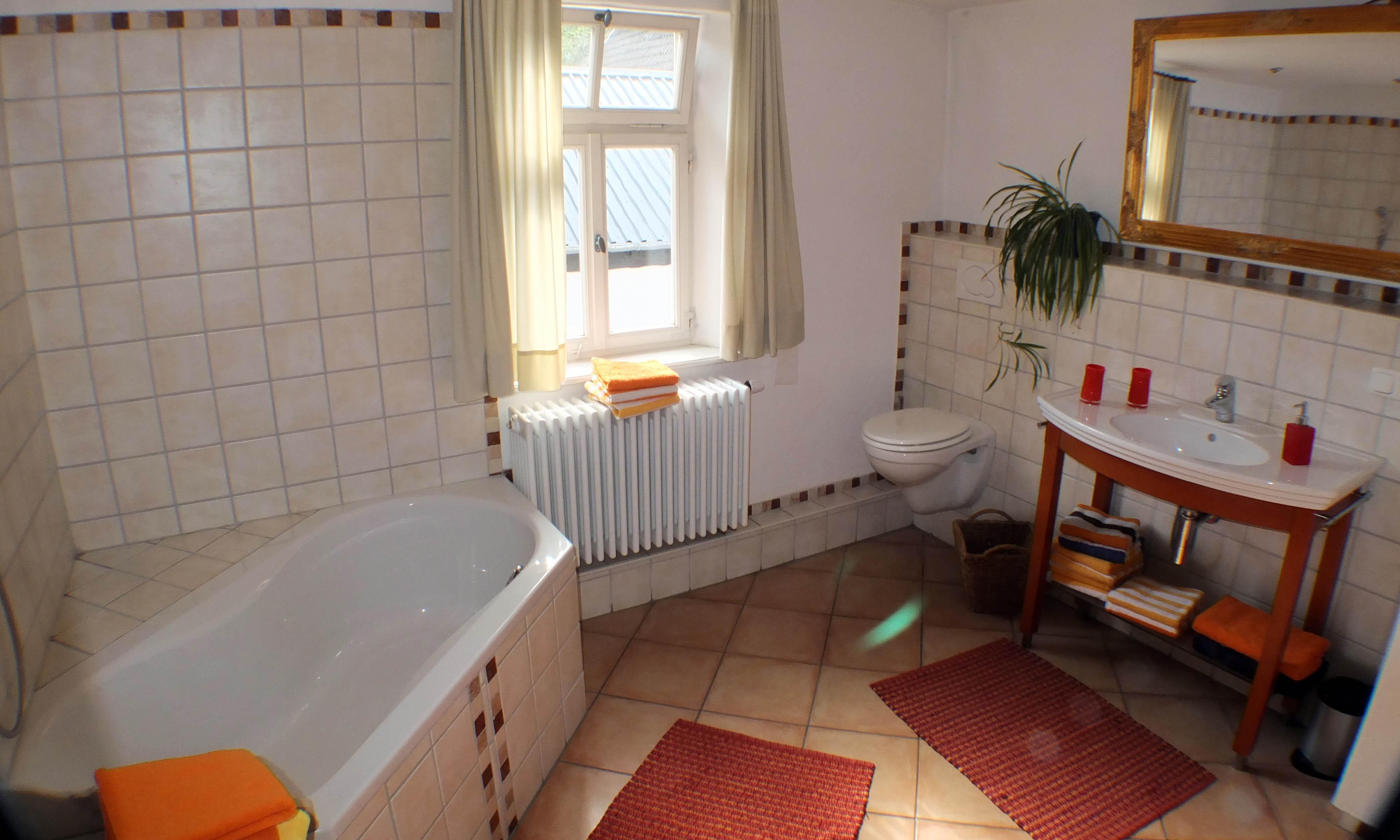 Die Ferienwohung besitzt ein helles, großzügiges Bad