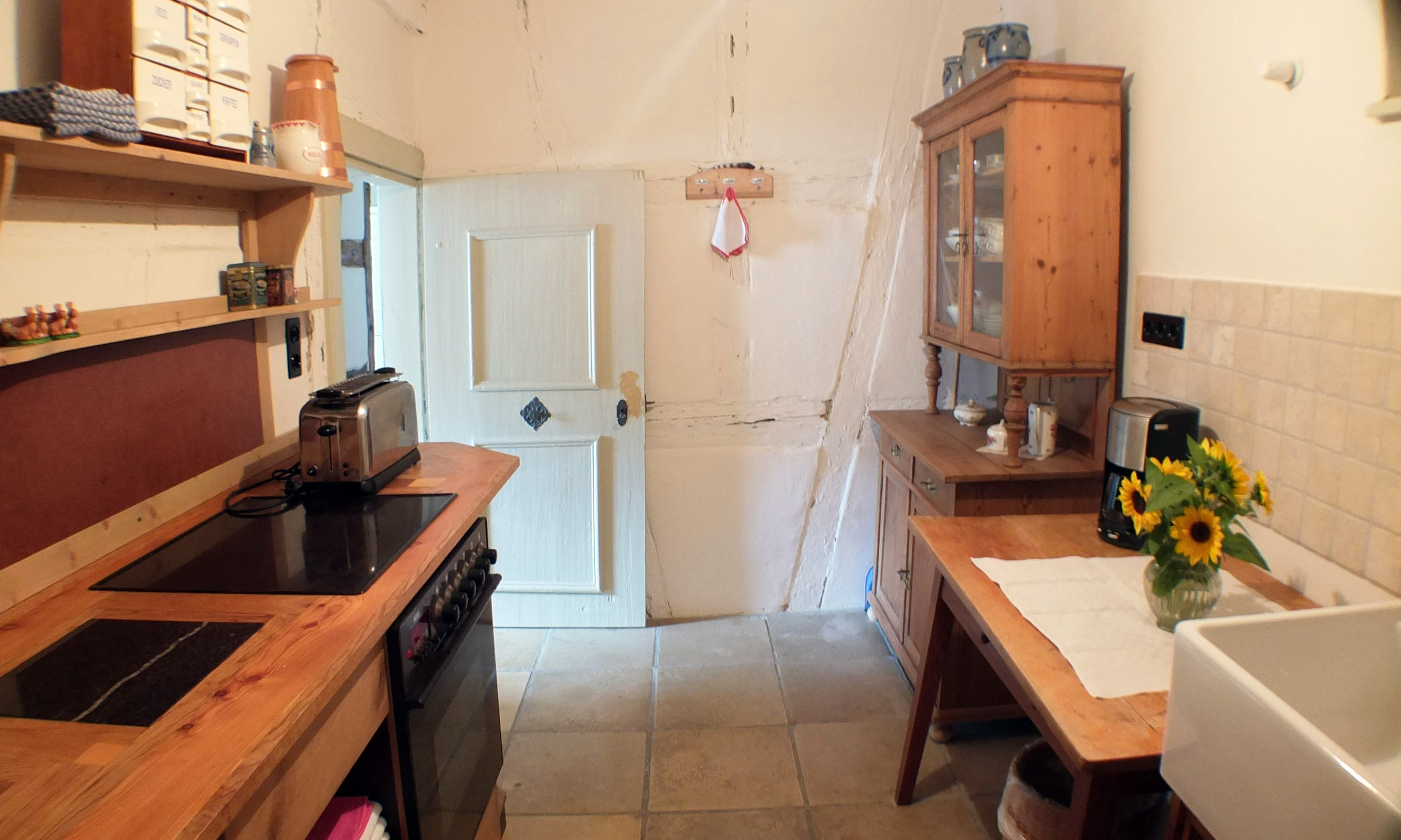 Die Küche wurde vom Schreiner für den Raum hergestellt.