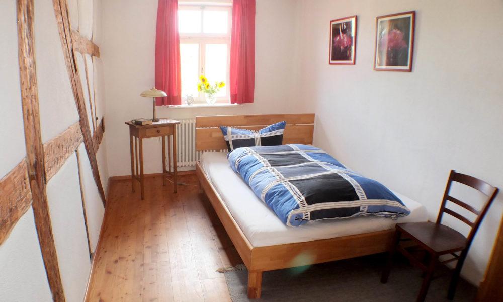Das Fachwerk im inneren zeichnet dieses Schlafzimmer aus.